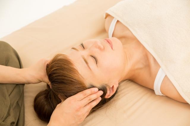 アロマ香る精油で頭皮マッサージ(ヘッドスパ)をして白髪を予防