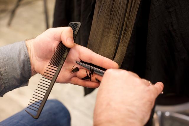 全年齢に共通する白髪の対処法は染めるか切る