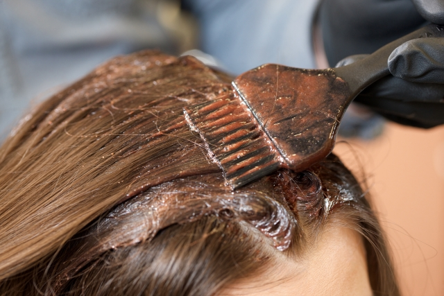 白髪染めの持ち込みが出来る美容院での具体的な染め方